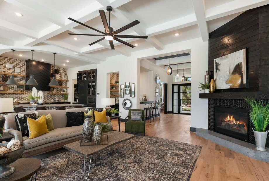 San Antonio interior designer Lee Ann Kramer says natural elements and the color black are very trendy right now. Photo: Builder Exposure