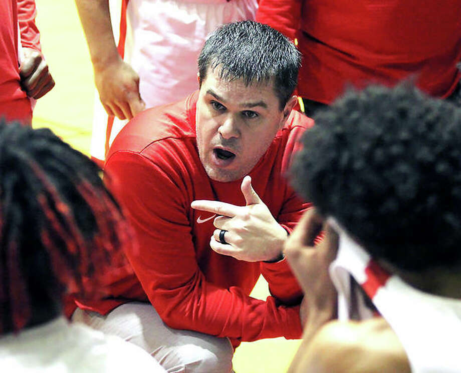 Alton coach Eric Smith talks to his team during a timeout in a game at a 2018 holiday tournament game at Centralia. Smith, who posted a 133-76 record with three Class 4A regional titles in seven seasons as Redbirds varsity coach before resigning for family reasons in 2019, will join the Edwardsville Tigers as an assistant coach next season. Photo: Greg Shashack / The Telegraph
