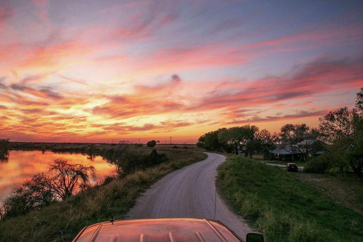ARCHIVO-- Tierra privada cerca de Donna, Texas, junto al Río Grande, el 12 de diciembre de 2019. Autoridades mexicanas han reportado que han rescatado 17 cuerpos del Río Bravo.