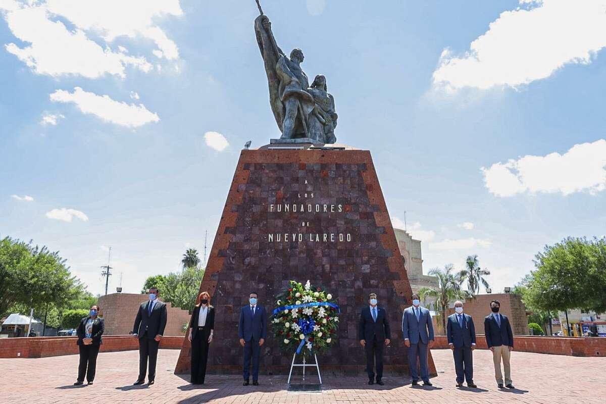 El alcalde de Nuevo Laredo y el gobernador de Tamaulipas, Enrique Rivas Cuéllar y Francisco García Cabeza de Vaca, respectivamente, al centro, junto a otros miembros del gobierno municipal y estatal, posan para una fotografía durante la colocación de una ofrenda en el Monumento a los Fundadores, el 15 de junio de 2020, por el 172 Aniversario de Nuevo Laredo.