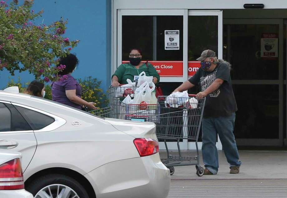 Customers at H-E-B exit the store on Wednesday, June 17, 2020. Photo: Kin Man Hui, San Antonio Express-News / Staff Photographer / **MANDATORY CREDIT FOR PHOTOGRAPHER AND SAN ANTONIO EXPRESS-NEWS/NO SALES/MAGS OUT/ TV OUT