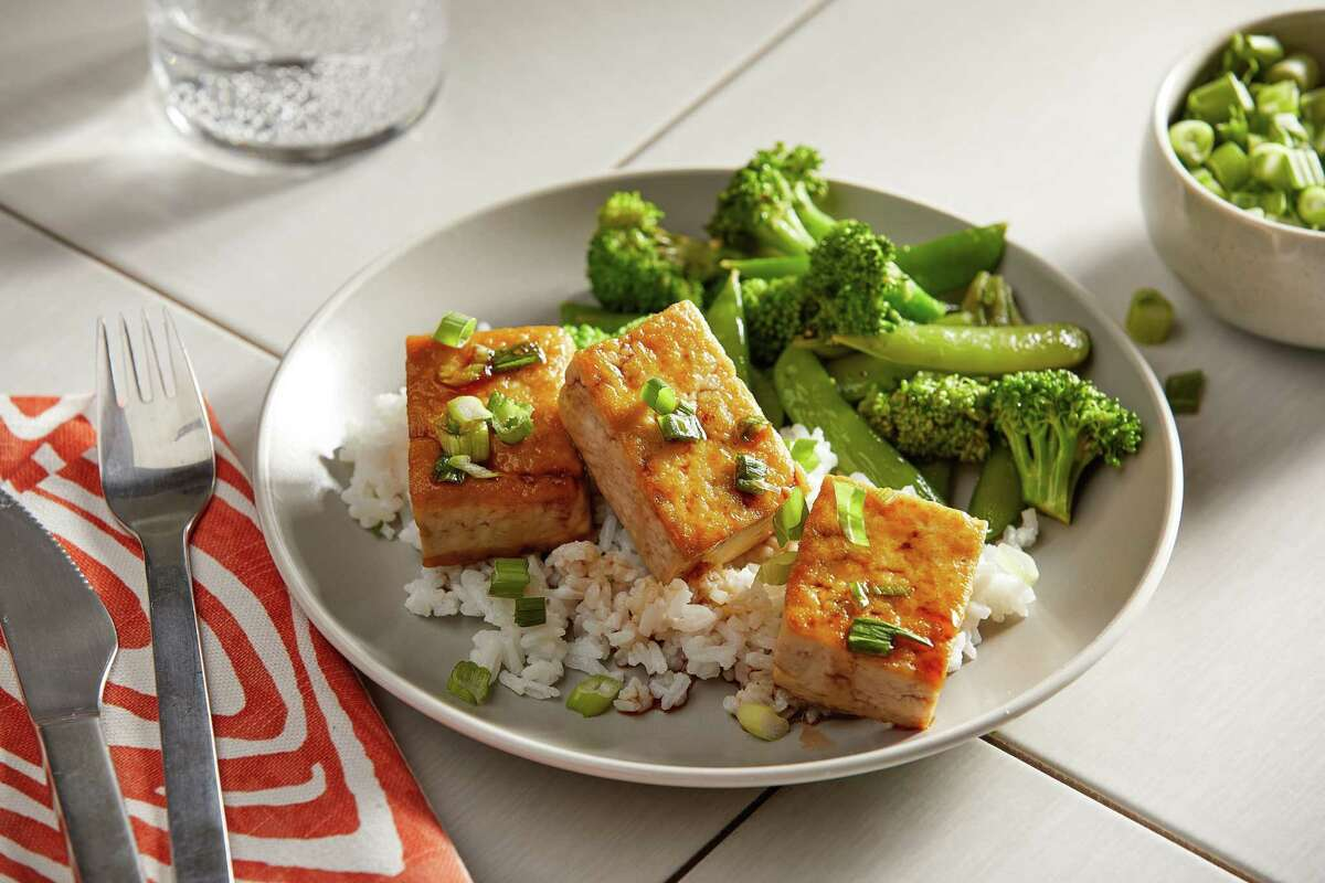Honey-Garlic Tofu With Sauteed Broccoli and Sugar Snap Peas. MUST CREDIT: Photo by Tom McCorkle for The Washington Post.
