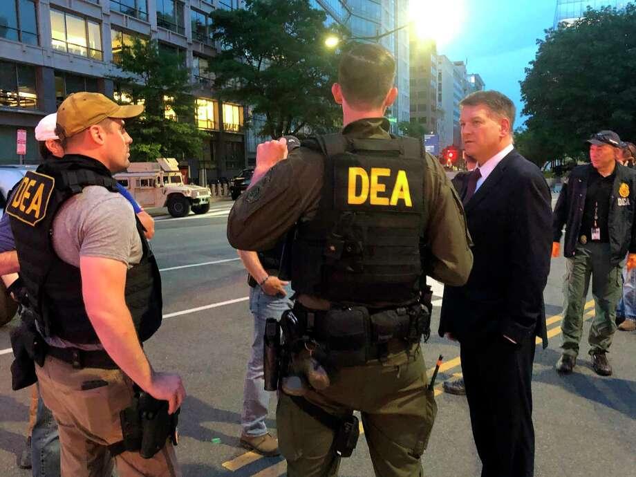 Fotografía de archivo del miércoles 3 de junio de 2020 del director interino de la DEA Timothy Shea (derecha), mientras visita, con varios agentes de esa agencia, un retén en Washington. Photo: Mike Balsamo /Associated Press / AP