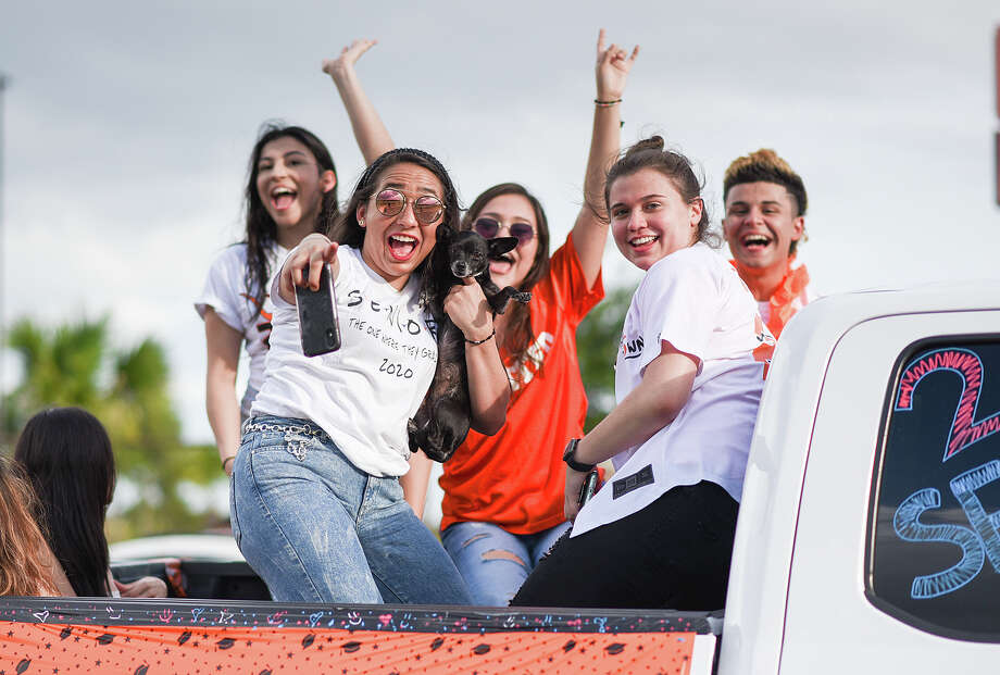 United High School seniors participate in a parade passing by their school, Thursday, Jun. 18, 2020. Photo: Danny Zaragoza/Laredo Morning Times