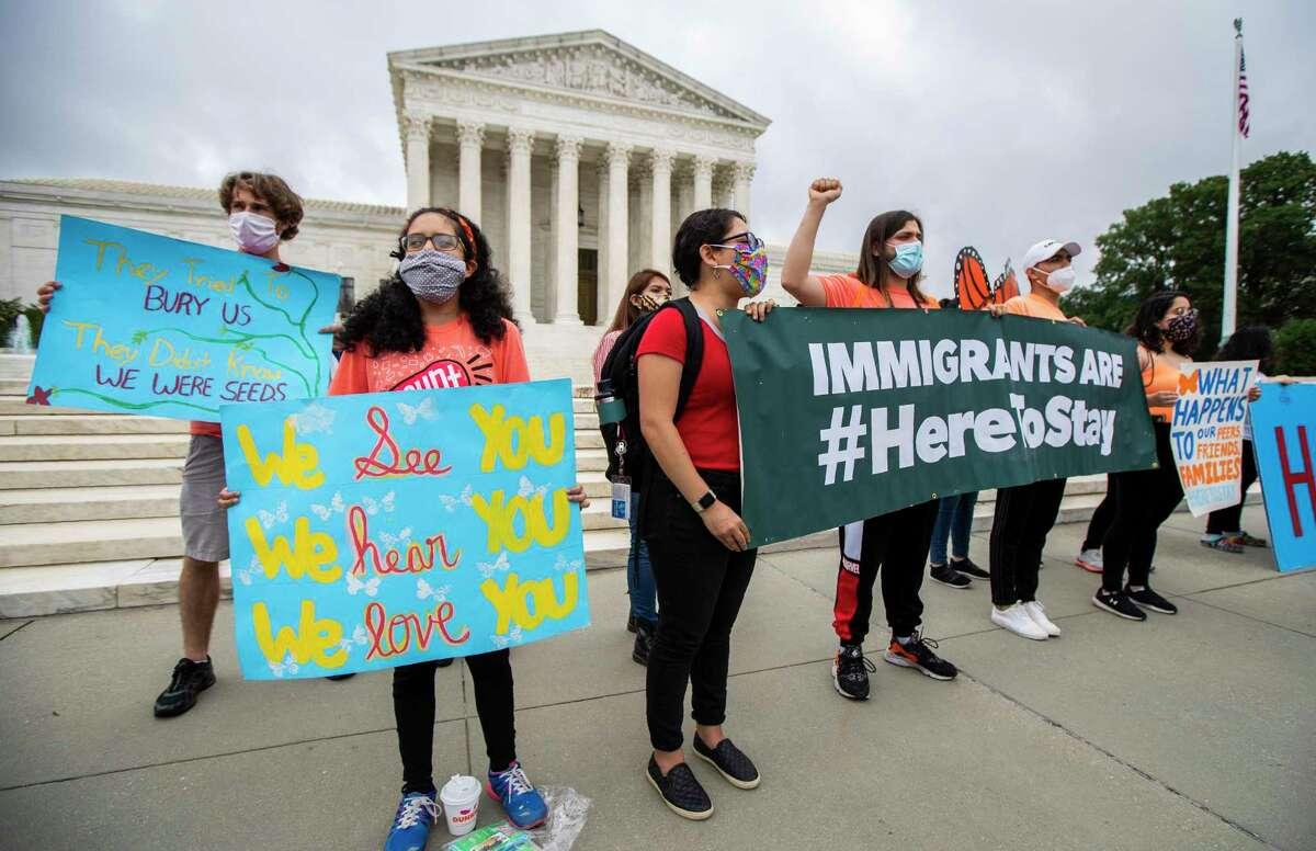 Jóvenes se manifiestan en apoyo del programa DACA que protege a migrantes de la deportación, afuera de la Corte Suprema de EEUU en Washington, el 18 de junio de 2020.