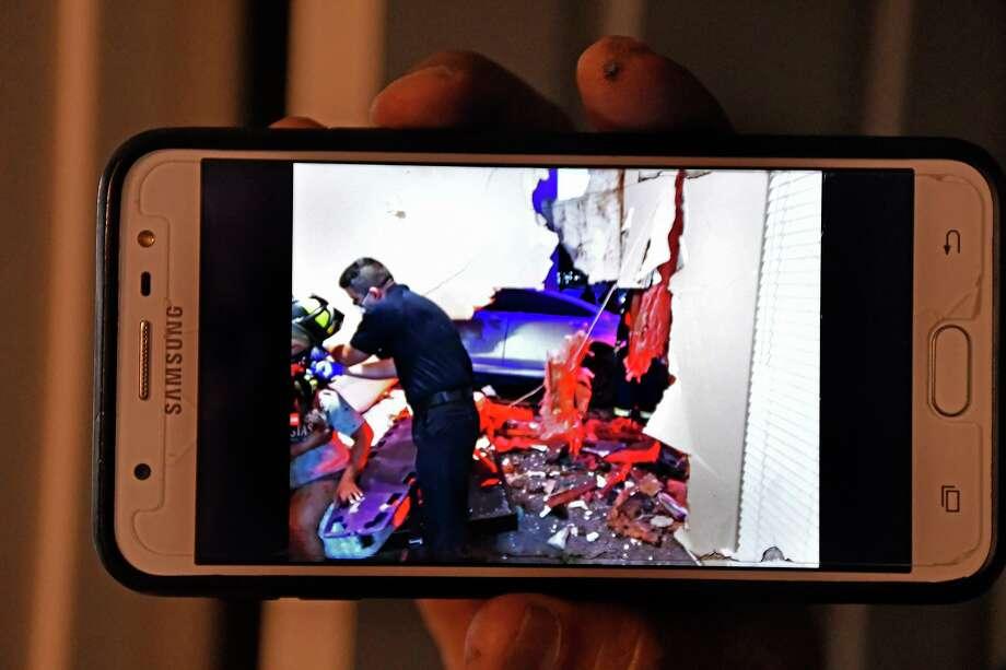 Un residente de los departamentos Quail Creek Apartments muestra una imagen capturada con su celular cuando los bomberos atienden a una mujer lesionada el viernes 19 de junio de 2020. Photo: Courtesy Photo /Laredo Morning Times / Laredo Morning Times