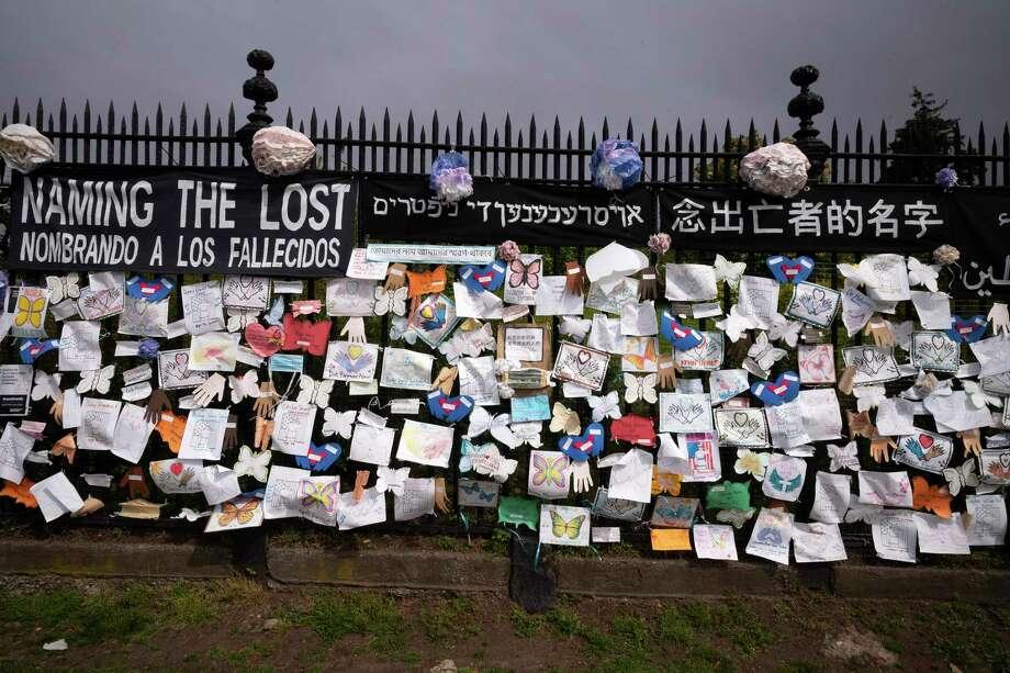 ARCHIVO - En imagen de archivo del jueves 28 de mayo de 2020, una reja afuera del cementerio Green-Wood de Brooklyn es adornado con tributos a las víctimas de COVID-19 en Nueva York. Photo: Mark Lennihan /Associated Press / Copyright 2020 The Associated Press. All rights reserved