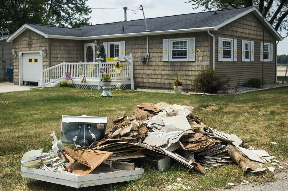 Debris and damaged items are set out to the curb on Island Drive Monday, June 22, 2020 in Tobacco Township. (Katy Kildee/kkildee@mdn.net) Photo: (Katy Kildee/kkildee@mdn.net)