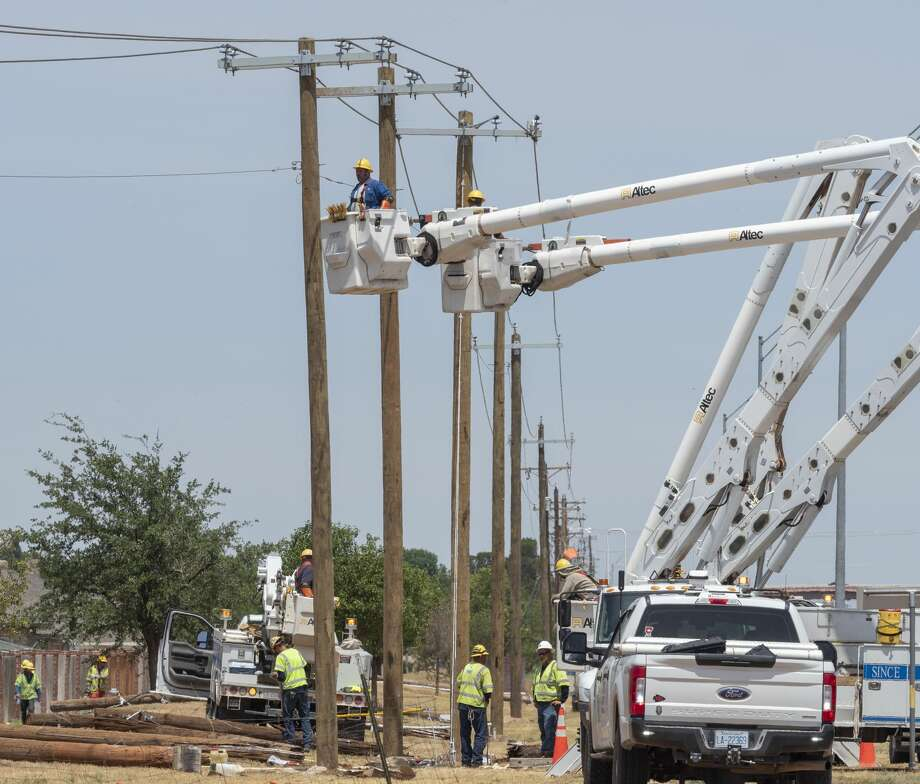 Crews work to replace power poles and lines 06/23/2020 along the 191 Service Road west of Jadewood Drive following high winds from Monday nights storms. Tim Fischer/Reporter-Telegram Photo: Tim Fischer/Midland Reporter-Telegram