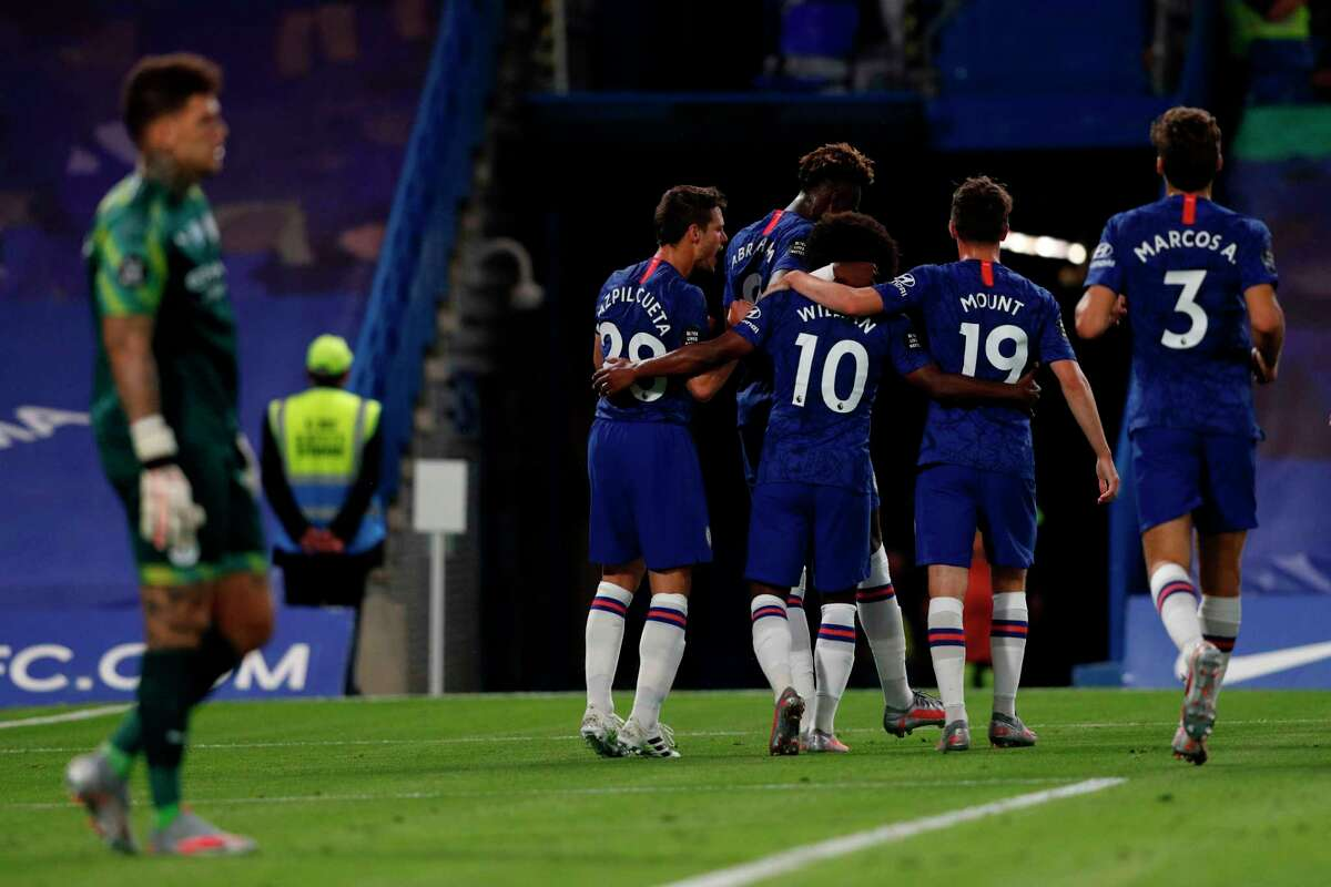 Chelsea's Brazilian midfielder Willian celebrates with teammates after he scores the team's second goal during the English Premier League football match between Chelsea and Manchester City at Stamford Bridge in London on June 25, 2020. (Photo by Adrian DENNIS / POOL / AFP)