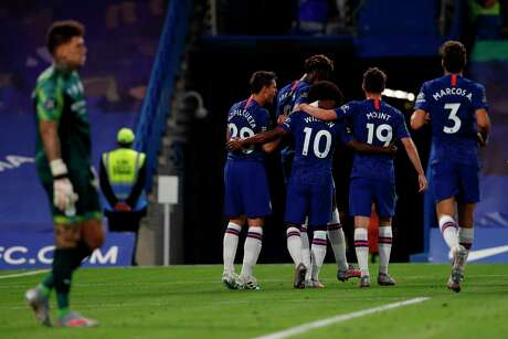 Chelsea's Brazilian midfielder Willian celebrates with teammates after he scores the team's second goal during the English Premier League football match between Chelsea and Manchester City at Stamford Bridge in London on June 25, 2020. (Photo by Adrian DENNIS / POOL / AFP) / RESTRICTED TO EDITORIAL USE. No use with unauthorized audio, video, data, fixture lists, club/league logos or 'live' services. Online in-match use limited to 120 images. An additional 40 images may be used in extra time. No video emulation. Social media in-match use limited to 120 images. An additional 40 images may be used in extra time. No use in betting publications, games or single club/league/player publications. /