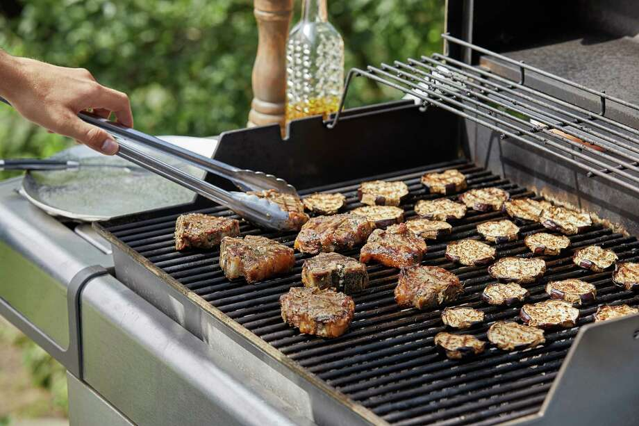 A dry marinade and two-zone grill are the one-two punch of great grilling. Photo: Photo By Tom McCorkle For The Washington Post. / For The Washington Post
