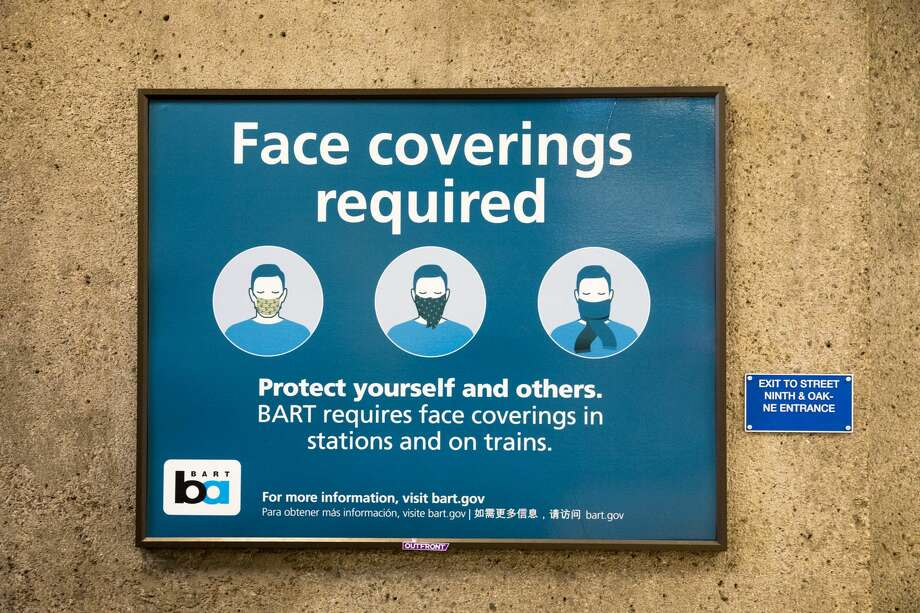 A sign instructs BART riders to wear masks at the Lake Merritt station in Oakland, Calif. on June 26, 2020. Photo: Douglas Zimmerman/SFGATE / SFGATE