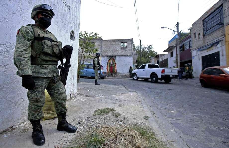 ARCHIVO— Miembros de la Guardia Nacional rodean el área después de que un grupo armado atacó dos casas matando a nueve personas y dejando a una herida, en el barrio López Portillo en Guadalajara, estado de Jalisco, México, el 3 de mayo de 2020. Photo: ULISES RUIZ /AFP Via Getty Images / AFP or licensors