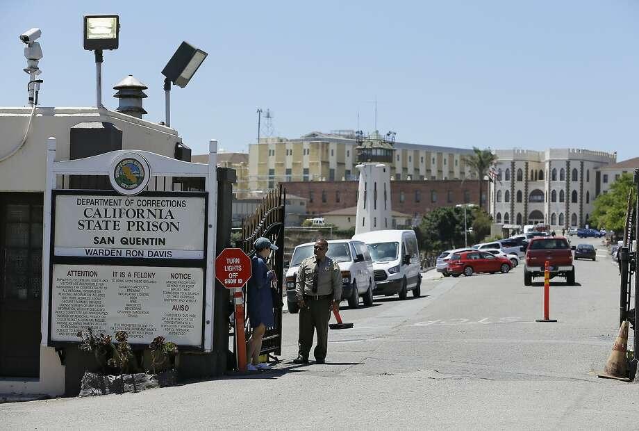 DATEI - Ein Beamter des Department of Corrections bewacht den Haupteingang zum San Quentin State Prison in San Quentin, Kalifornien, 24. Juli 2019. Der kalifornische Gesetzgeber kritisierte die staatlichen Korrekturbeamten am Mittwoch, dem 1. Juli 2020, scharf für a