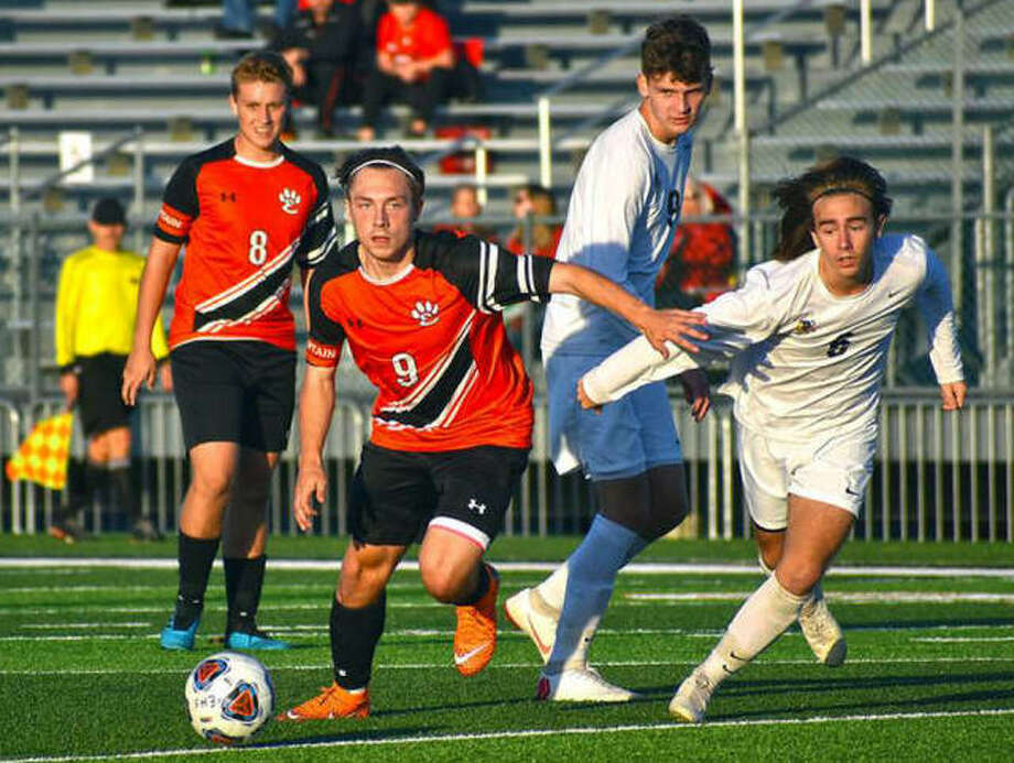Edwardsville's Cooper Nolan in action during a Class 3A regional semifinal game against Granite City inside the District 7 Sports Complex. Photo: Matt Kamp|The Intelligencer