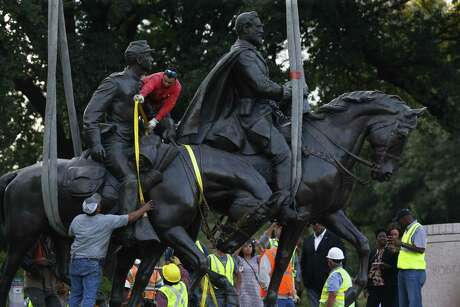 Workers harness the Robert E. Lee Statue for its rmoval at Robert E. Lee Park in Dallas on Sept. 14, 2017. (Nathan Hunsinger/The Dallas Morning News)