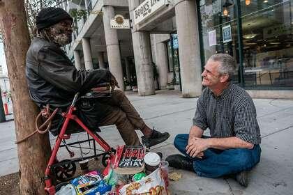 E-Tee est assis près du coin de Turk et Van Ness et discute avec son ami Mark Harmon, qui travaille à proximité et lui apporte souvent le déjeuner.