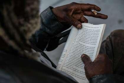 E-Tee, 82 ans, est assis contre le même arbre depuis 30 ans pour lire à l'extérieur en SF