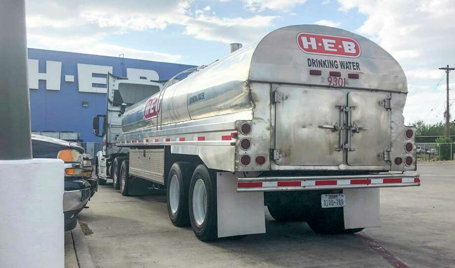 An H-E-B truck hauling drinking water arrives at the store's Zapata Highway location on Sep. 29, 2019. The City of Laredo could issue a boil water notice for downtwon residents on July 3, 2020 if flushing attempts are not successful in improving chlorine levels. Photo: Danny Zaragoza /Laredo Morning Times File