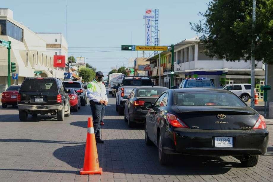 Operativos en distintas partes de la ciudad de Nuevo Laredo, México, incluido el Puente Internacional II, dieron como resultado el retorno a Estados Unidos de más de 1.300 autos cuyos conductores y pasajeros no cumplían con los requistos esenciales de viaje impuestos por las autoridades. Photo: Foto De Cortesía /Gobierno De Nuevo Laredo