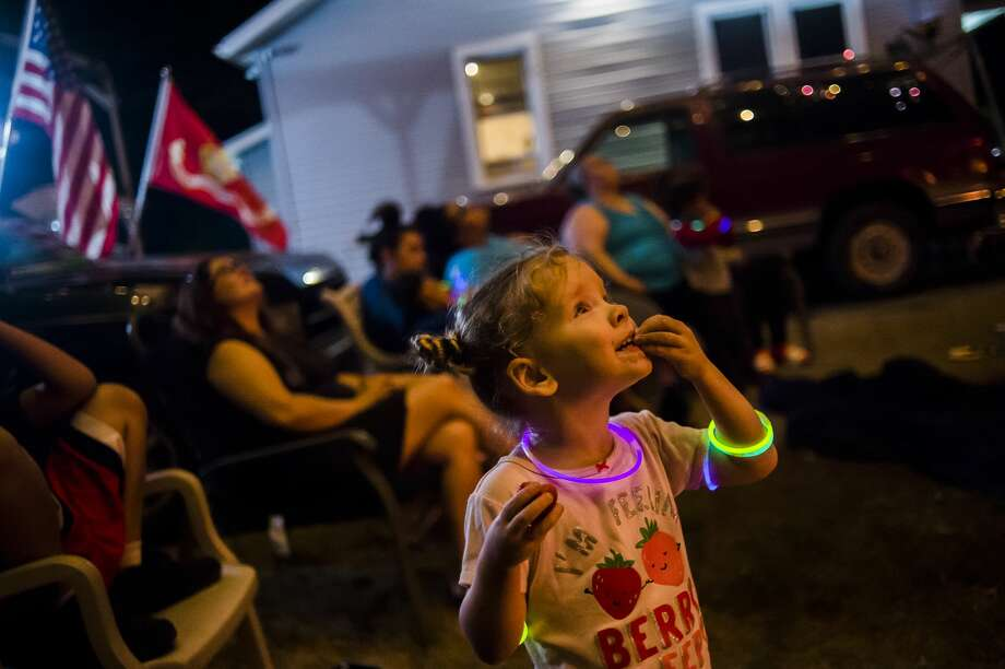 Becca Mason, 4, watches a firework explode overhead while celebrating Independence Day Saturday, July 4, 2020 in Midland. (Katy Kildee/kkildee@mdn.net) Photo: (Katy Kildee/kkildee@mdn.net)