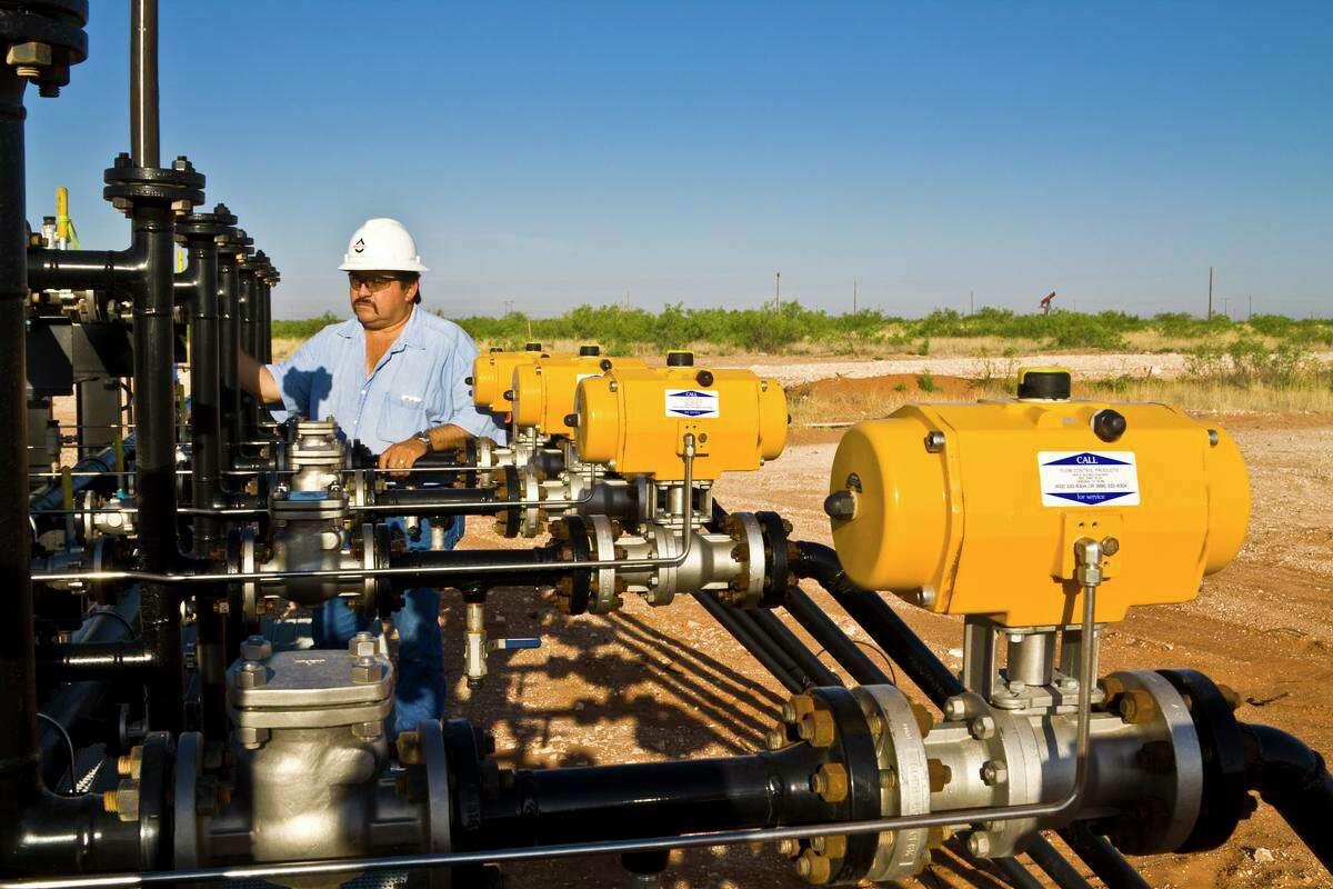 Whiting Petroleum Corp., North Ward Estes field, Wickett, Texas. Raul Alvarado.