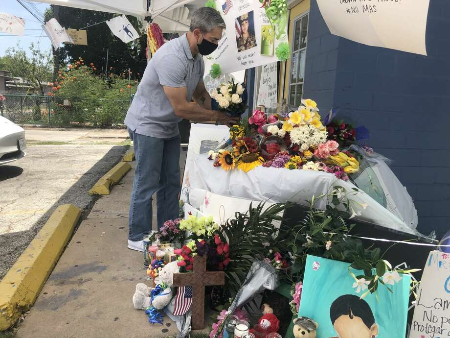 San Antonio Mayor Ron Nirenberg added a bouquet of white roses to a tribute set up on the South Side in honor of Army Specialist Vanessa Guillén on Sunday. Photo: Twitter, Ron Nirenberg