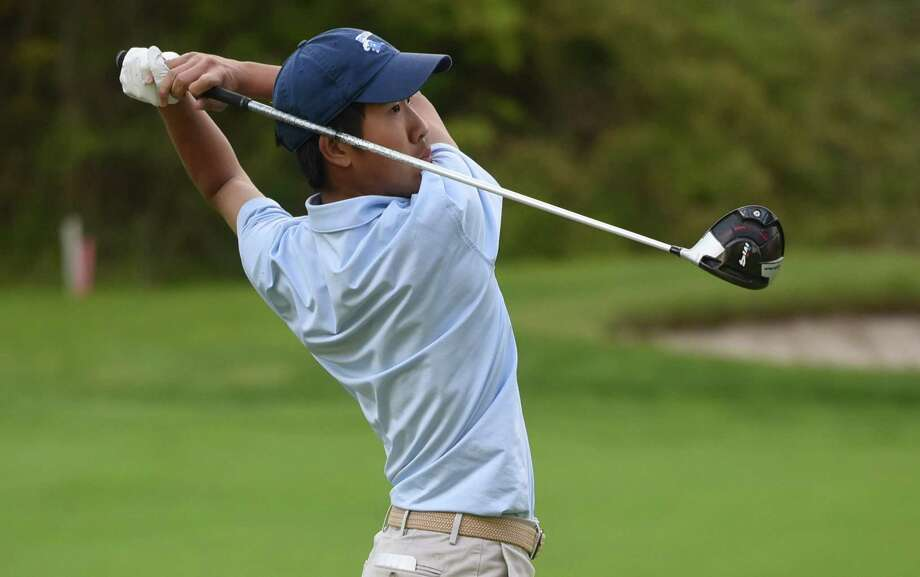 Darien's Alex Gu, seen here in 2019, won a pair of matches and advanced to the quarterfinals at the Connecticut Junior Amateur. Photo: Dave Stewart / Hearst Connecticut Media / Hearst Connecticut Media