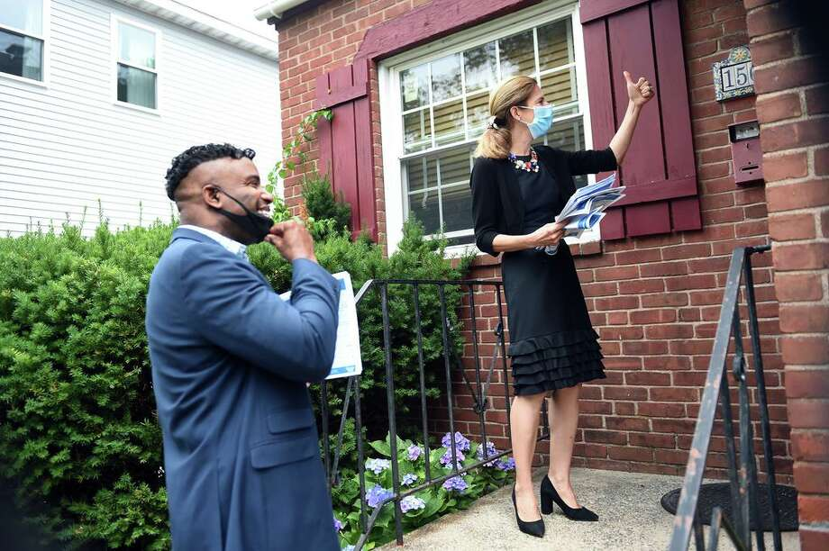 New Haven Aldermanic Majority Leader Richard Furlow (left) and Lt. Governor Susan Bysiewicz distribute 2020 Census forms to residents of Ramsdell Street in New Haven on July 7, 2020. Photo: Arnold Gold / Hearst Connecticut Media / New Haven Register