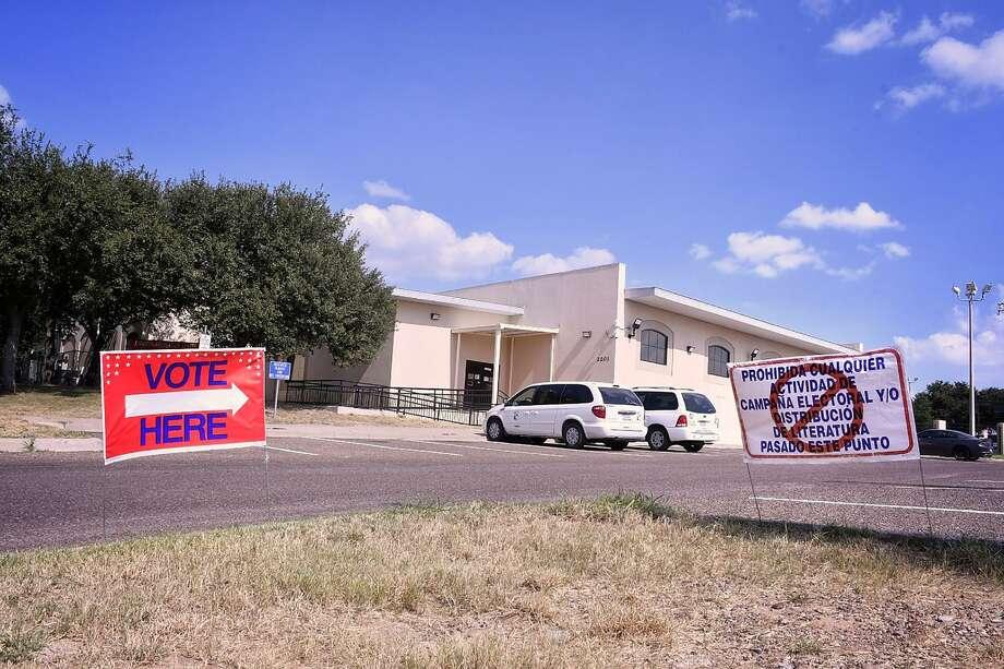 Residentes del sur de Laredo pueden emitir su voto para la votación anticipada en el Centro de Recreación Cigarroa ubicado en 2201 de la calle Zacatecas. Photo: Cuate Santos /Laredo Morning Times / Laredo Morning Times