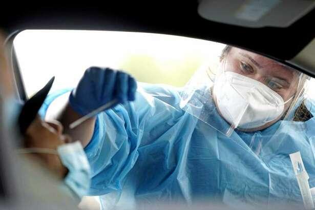 Shania Dod (der.) toma una muestra de un hombre que fue a someterse a una prueba de COVID-19 en el United Memorial Medical Center de Houston, el miércoles 8 de julio de 2020.