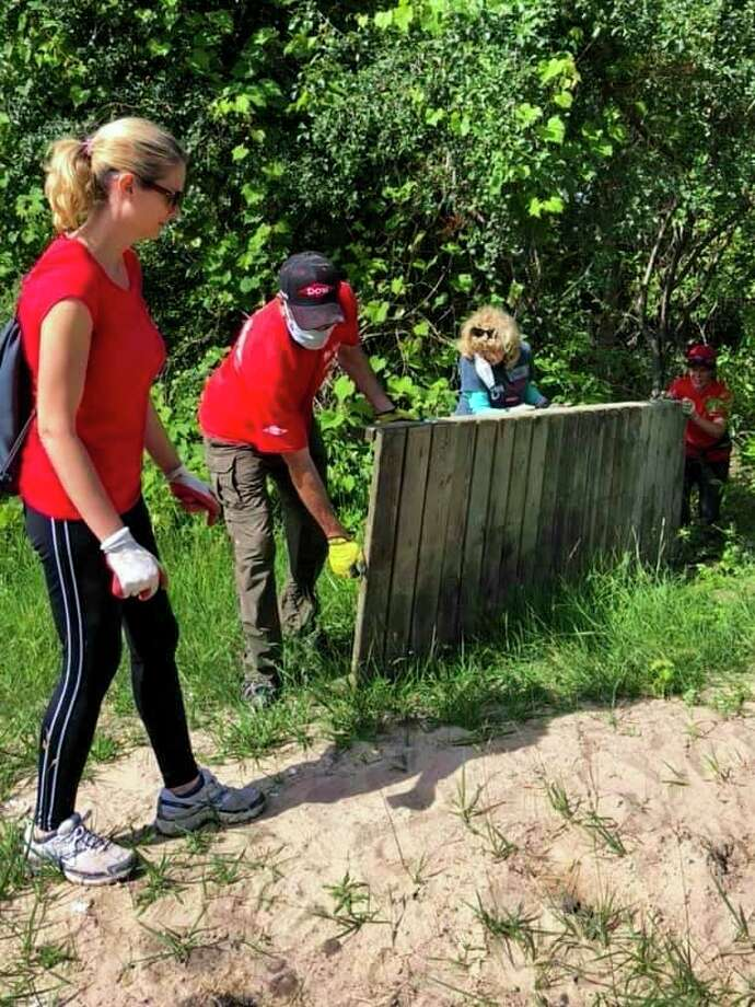 Dow group leaders, volunteers, and partners (including The Society of Women Engineers, Meridian Public Schools, Village of Sanford, and Midland County Parks) collaborated together to make this a safe and effective employee and community effort.