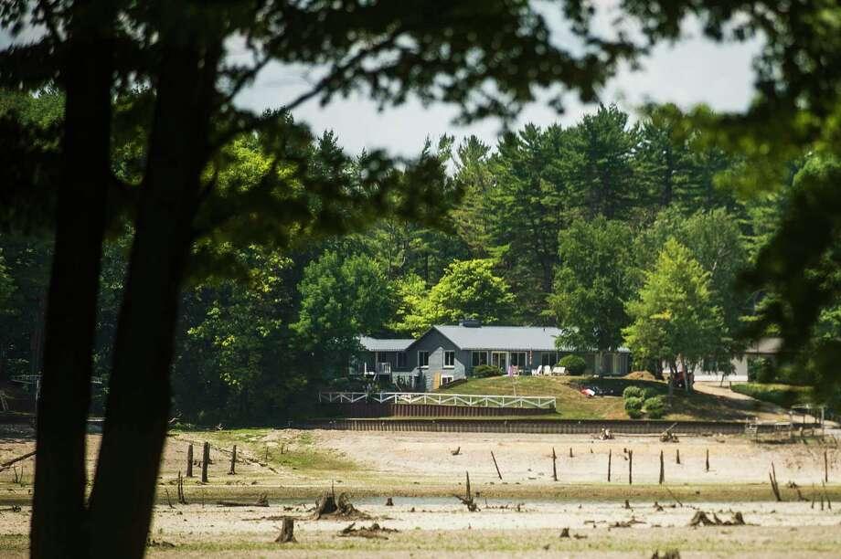 Sanford Lake residences are seen Thursday, July 9, 2020 from Lakeview Drive in Sanford. (Katy Kildee/kkildee@mdn.net)