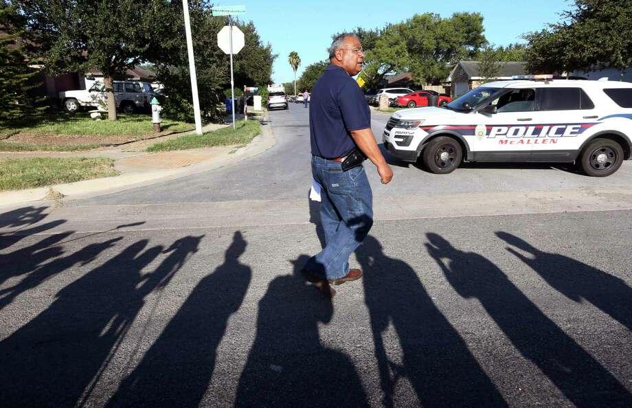 Víctor Rodríguez, jefe de la policía de la ciudad fronteriza de McAllen, Texas, se prepara para el inicio de una conferencia de prensa en el lugar donde dos policías murieron baleados, el sábado 11 de julio de 2020, en McAllen, Texas. Photo: Delcia López /Associated Press / The Monitor