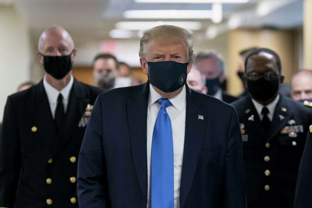 U.S. President Donald Trump wears a protective mask while visiting Walter Reed National Military Medical Center in Bethesda, Maryland, U.S., on Saturday, July 11, 2020. Trump wearing a mask is the first public photo opportunity since the start of the coronavirus outbreak as cases continue to pile up. Photographer: Chris Kleponis/Polaris/Bloomberg