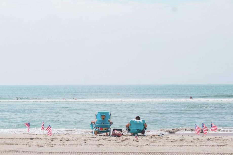 A couple sits on the beach at Jacob Riis Park in New York on July 1, 2020. Photo: Bloomberg Photo By Gabriela Bhaskar. / © 2020 Bloomberg Finance LP