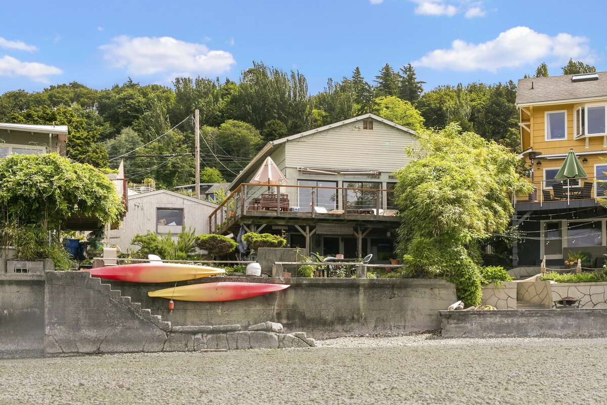 On each of the two lots is a vintage duplex rental unit at the water's edge.