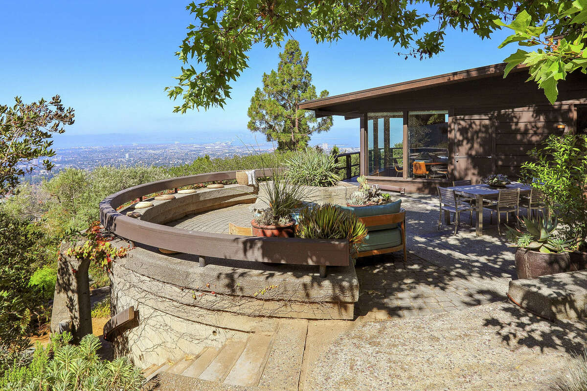 This mid-century jewel commands panoramic five bridge views from its oversized lot, nearly one and one half acres. The design, though updated, is pure mid-century.