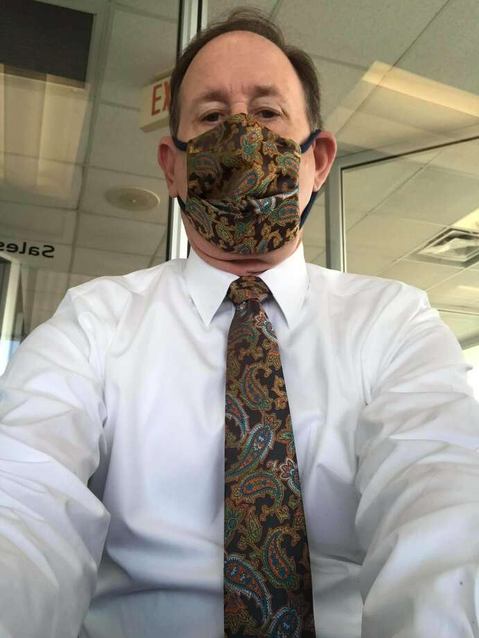 A San Antonio dad has gone viral on Twitter for his stylish ways after turning his pocket insertsinto a face mask to match his work tie. Photo: Kiana Montgomery