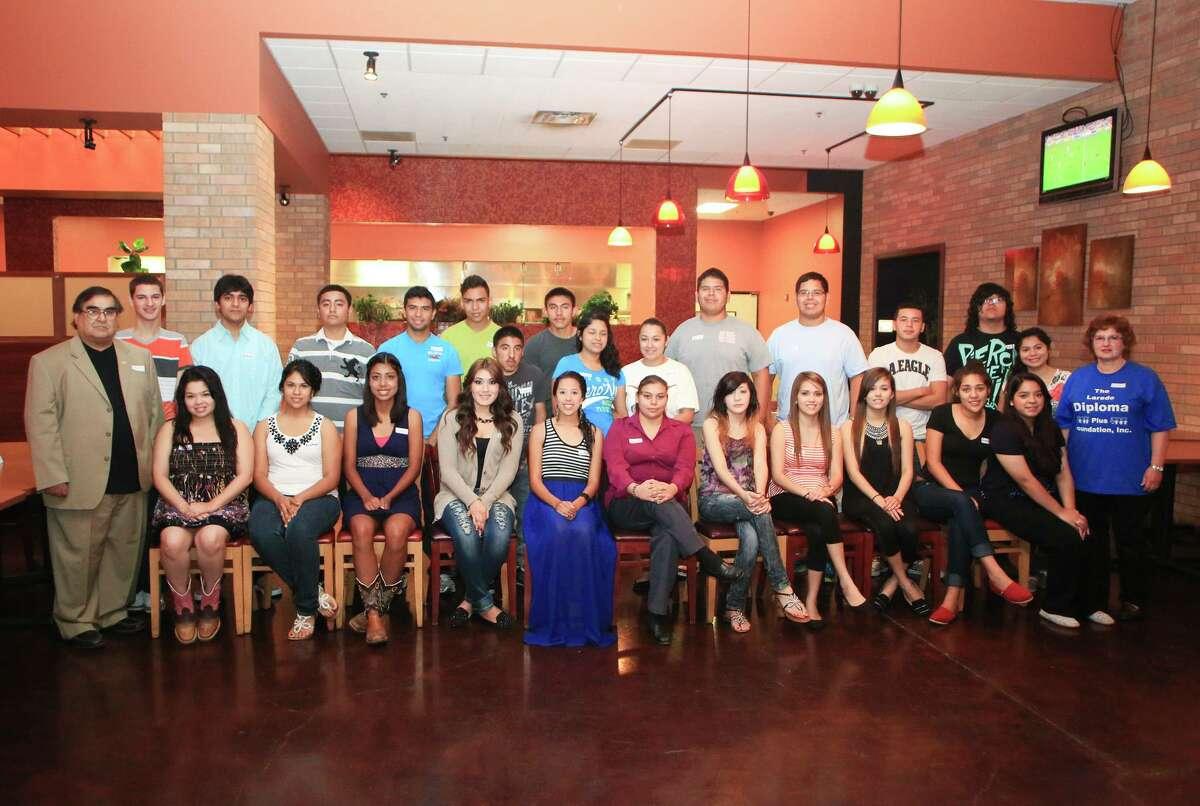 ARCHIVO- El presidente de The Laredo Diploma Plus Foundation, Eduardo González, y la integrante de la mesa directiva de la organización, Cecilia Garza, posan para una fotografía con un grupo de estudiantes de los distritos escolares UISD y LISD durante un evento en 2015.