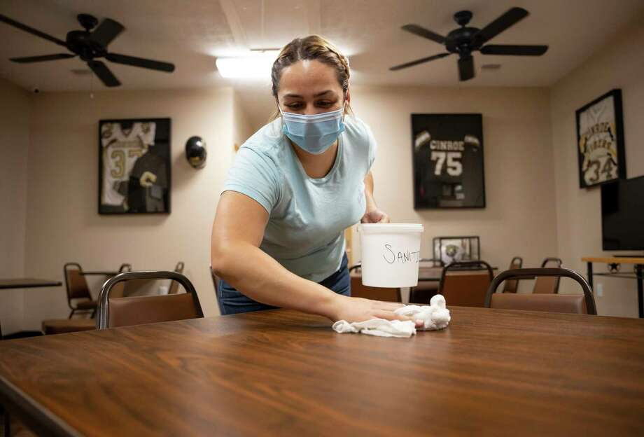 Gaby Pitts, kitchen manager at Darrel's Catering, wipes down and sanitizes a table, Wednesday, July 15, 2020, in Conroe. The restaurant will practice CDC and social distancing guidelines to ensure the safety of it's patrons and staff. Photo: Gustavo Huerta, Houston Chronicle / Staff Photographer / Houston Chronicle © 2020