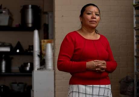 María Sarat, en su apartmento en Houston el jueves 16 de julio de 2020. Su hermano Alfonso fue ingresado en el Memorial Hermann Southwest Hospital.