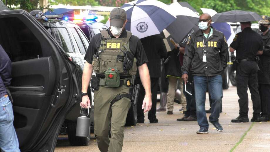 FBI agents and Houston police officers on scene of a deadly officer-involved shooting Friday, July 17, 2020. Photo: Jay R. Jordan / Houston Chronicle