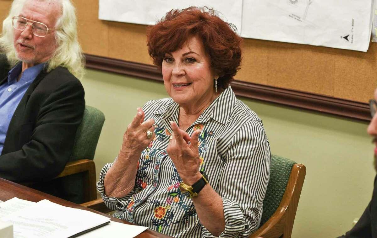 ARCHIVO- La presidenta de la Comisión de Revisión del Código de la Ciudad, Betty Flores, durante una reunión en el Ayuntamiento el 12 de junio de 2018.