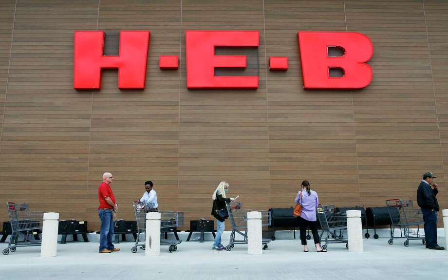 People stand outside an H-E-B in the Houston area. Photo: Mark Mulligan, Houston Chronicle / Staff Photographer / © 2020 Mark Mulligan / Houston Chronicle