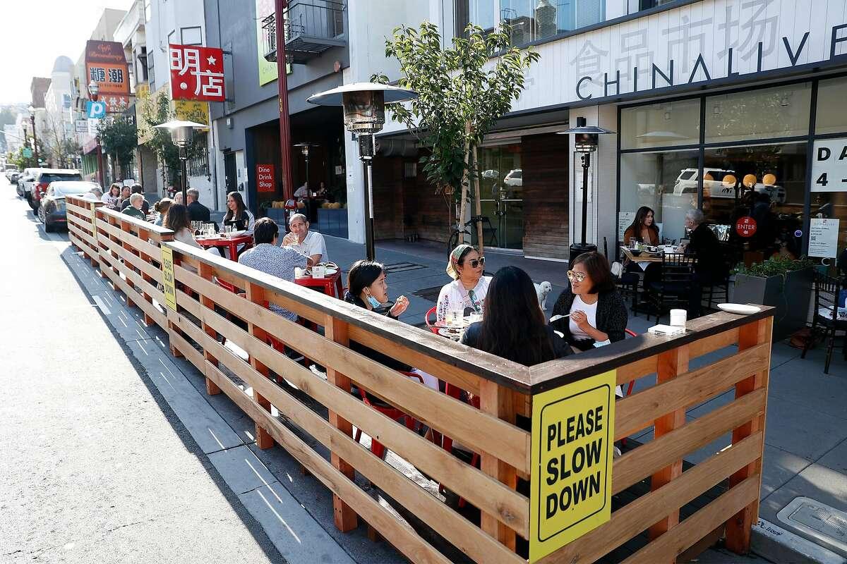 Cenas al aire libre en China Live en Broadway en San Francisco, California, el miércoles 22 de julio de 2020. China Live en Broadway en San Francisco, California, el miércoles 22 de julio de 2020. Poco después de que los pedidos de refugio en el lugar golpearon Sin embargo, los propietarios de restaurantes de San Francisco proclamaron que comer al aire libre, generalmente una característica que requería demasiados permisos y costos para que muchos se molesten, podría salvar a la industria de los restaurantes.  En junio, los restaurantes de la ciudad finalmente comenzaron a servir a los comensales nuevamente en las aceras, y otros construyeron patios y parques más ambiciosos.  Un mes después, la cena al aire libre está demostrando no ser la panacea que esperaban los dueños de restaurantes.