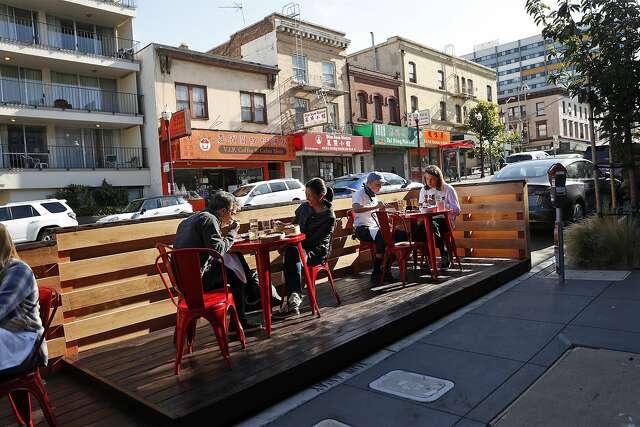 Parklet de comidas al aire libre en China Live en Broadway en San Francisco, California, el miércoles 22 de julio de 2020. China Live en Broadway en San Francisco, California, el miércoles 22 de julio de 2020. Poco después de las órdenes de refugio en el lugar Los propietarios de restaurantes de San Francisco proclamaron que comer al aire libre, por lo general una característica que requería demasiados permisos y costos para que muchos se molestaran, podría salvar la industria de los restaurantes.  En junio, los restaurantes de la ciudad finalmente comenzaron a servir a los comensales nuevamente en las aceras, y otros construyeron patios y parques más ambiciosos.  Un mes después, la cena al aire libre está demostrando no ser la panacea que esperaban los dueños de restaurantes.