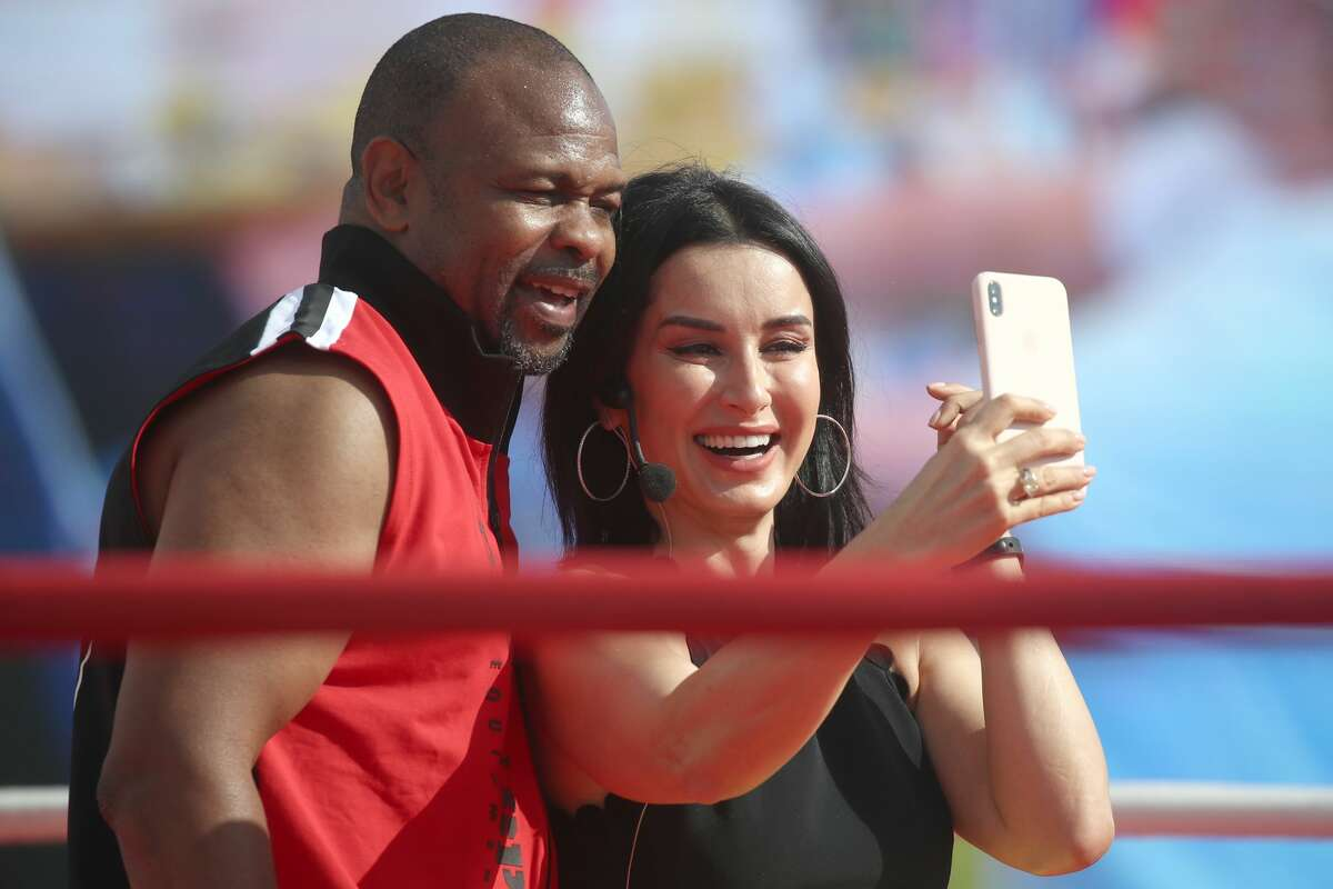 MOSCOW, RUSSIA JULY 21, 2019: American heavyweight boxer Roy Jones Jr (L) poses with Match TV General Producer Tina Kandelaki during an open training session for participants in the International Boxing Day events in Red Square. Valery Sharifulin/TASS (Photo by Valery Sharifulin\TASS via Getty Images)