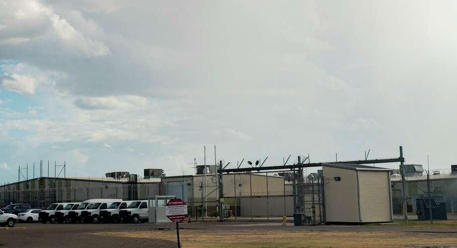 Vista exterior del Centro de Detención del Condado de Webb el jueves 23 de julio de 2020. El centro ha sido puesto en cuarentena por la Autoridad de Salud de la Ciudad de Laredo ante el brote de casos de covid dentro de las instalaciones. Photo: Danny Zaragoza /Laredo Morning Times